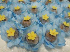 Cajuzinhos decorados com flores de leite ninho! Bem delicado!