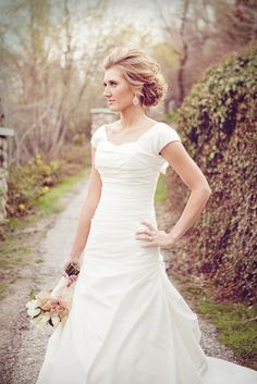 Pretty bridal hair! Love the dress!