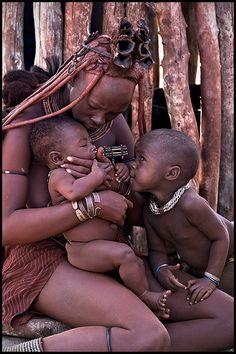 Scene de tendresse chez les Himbas by cratzy via flickr