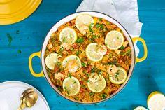 Spaanse paella, een heerlijk rijstgerecht waar je alle kanten mee op kunt. Benieuwd hoe je dit zelf kunt maken? Kijk dan op onze website! Chorizo, Jambalaya, Palak Paneer, Food For Thought, Stew, Risotto, Curry, Chicken, Paella Recept