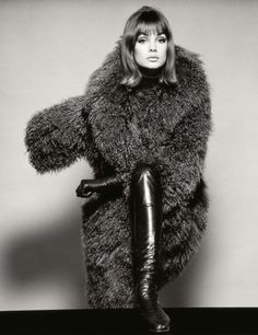 Jean Shrimpton in coat (by London of Sloane Street), British Vogue, January by David Bailey Jean Shrimpton, Chrissie Shrimpton, 1960s Fashion, Fashion Moda, Vintage Fashion, Classic Fashion, Classic Beauty, Mod Fashion, Vintage Beauty