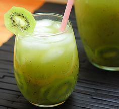 Discover this healthy and delicious infused water that combines kiwi and lime into a fabulous mix. Perfect for hot days or the beach!