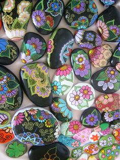 Variety of gorgeous flowered stones! Pebble Painting, Pebble Art, Stone Painting, Rock Painting, Stone Crafts, Rock Crafts, Painted Rocks Craft, Painted Stones, Decorated Stones