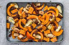 Pimp your Pumpkin! Butternutkürbis und Hokkaido gepaart mit Äpfeln, Pekannüssen, Zimtund Rosmarin – so lecker kann einfaches Blechgemüse sein. Unbedingt probieren!
