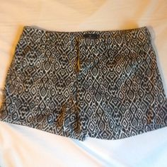AE black/white pattern shorts, midi, size 6 Black and white triangles, midi, stretch, size 6 American Eagle Outfitters Shorts