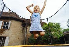 下载 - 可爱的学龄前儿童女孩在蹦床上跳跃 — 图库图片#80935532