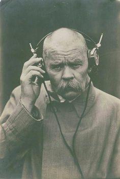 Gorki listening to a radio broadcast. Tomhet