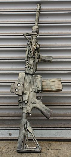 Great looking paint on this rifle for anyone looking how to camo an Airsoft gun! Weapons Guns, Military Weapons, Guns And Ammo, M4a1 Rifle, Assault Rifle, Custom Ar, Custom Paint, Fire Powers, Ak 47