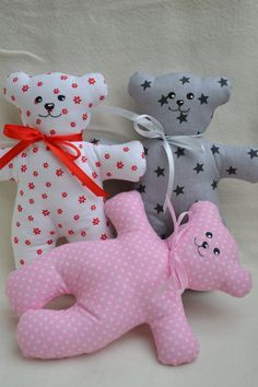 Medvídek Mrňousek Yarn Crafts For Kids, Dog Crafts, Sewing Crafts, Sewing Projects, Free Applique Patterns, Craft Patterns, Diy Barbie Clothes, Crochet Baby Booties, Soft Dolls