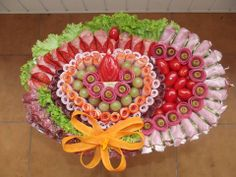Exceptionnel Decoration Plateau De Charcuterie Meat And Cheese Tray Turkey Meat And Cheese Tray, Meat Trays, Cheese Platters, Food Trays, L'art Du Fruit, Fruit Art, Party Trays, Snacks Für Party, Meat Appetizers