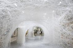 Le Bon Marché di Parigi ha affidato lo spazio centrale e le vetrine all'artista giapponese Chiharu Shiota, che per la prima volta usa filo bianco per le sue architetture effimere.