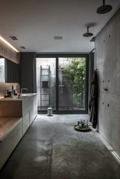 Rå og moderne villa i fire plan House Paint Interior, Bathroom Interior Design, Window In Shower, Concrete Bathroom, Bathroom Windows, Bathroom Mirrors, Bathroom Wallpaper, Bathroom Curtains, Bathroom Faucets