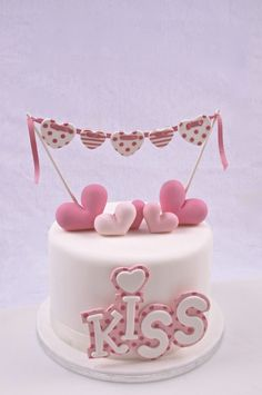 Tarta de corazones decorada con fondant. Hearts cake decorated with fondant.