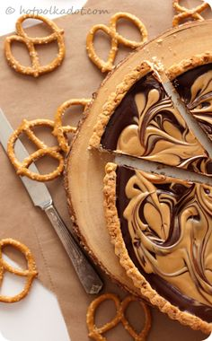 Chocolate Covered Peanut Butter Pretzel Tart via @Lindsey {Hot Polka Dot}