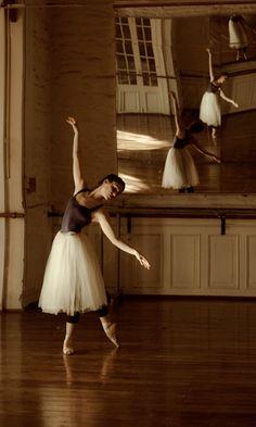 My life = BALLET! My favorite/most inspiring ballet dancers: Maria. Ballet Poses, Dance Poses, Ballet Dancers, Ballerinas, Grands Ballets Canadiens, Dance Hip Hop, Dance Aesthetic, Ballet Photography, Ballet Beautiful