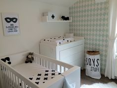 De babykamer vraagt ernaar om gebruikt te worden. #zwart #wit #monochrome #harlequin behang #stoer #baby