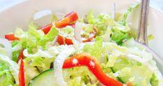 Kusi wzrok i pysznie smakuje, zwłaszcza z grillowaną rybą lub mięsem. Chrupiący seler naciowy, jędrne pomidorki, cudownie soczysty ogórek ... Cobb Salad, Food, Essen, Meals, Yemek, Eten