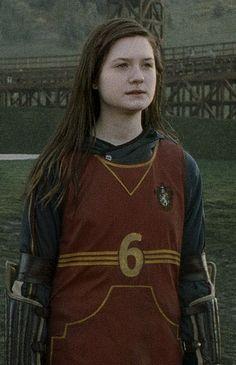ginny weasley in quidditch uniform Gina Harry Potter, Harry And Ginny, Mundo Harry Potter, Harry Potter Pictures, Harry Potter Fandom, Harry Potter Characters, Ginny Weasley, Hermione Granger, Draco Malfoy