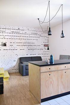 Otwarta kuchnia, kuchnia z salonem, styl industrialny, otwarta przestrzeń, biel i drewno. Zobacz więcej na: https://www.homify.pl/katalogi-inspiracji/18464/biel-i-drewno-doskonala-kombinacja