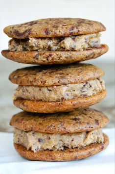 Cookie sandwiches with cookie dough filling. No Bake Desserts, Delicious Desserts, Yummy Food, Pitaya, Sandwich Cookies, Cake Cookies, Copenhagen Cake, Filled Cookies, Chocolate Chip Muffins