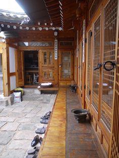 韓屋 Korean Design, Asian Design, Japanese Architecture, Architecture Old, Kitchen Layout, Tiny House, Room Decor, House Design, Traditional