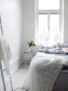 Cool and gorgeous white bedroom via Poppy Talk #white #bedroom #interiordesign Love the effective & simple stool table