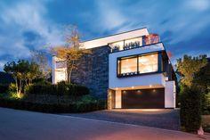 Die «Häuser des Jahres 2020» – Das Einfamilienhaus Style At Home, Mansions, House Styles, Home Decor, Patio, Home Corner, Large Windows, Gable Roof, Modern Architecture