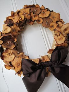 Can't remember who was the first in our street to start with the wreaths, but by now we're all doing it, seasonal too. This one'd be lovely for Samhain. country houses, hous deco, apple slices, wreath idea, apple chips, dri appl