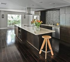 темные полы на кухне