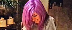 Esta rapariga decidiu tingir o cabelo de lilás, mas quando caminhou para mostrar ao seu namorado oseu novo visual, ele viuocabelo da rapariga mudar de cor.Passou de roxo para o azul num piscar de olhos. Eles …