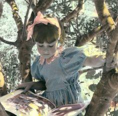 Reimpresión de la fotografía Vintage lectura niña en fotografía del Color Olive…
