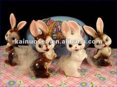 precioso conejito de porcelana estatuilla con la cola