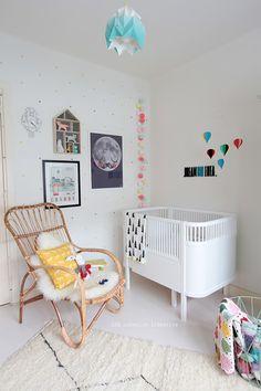 Una habitación de bebé llena de color