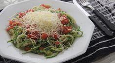 Spaguetti de abobrinha com molho de tomates em pedaços