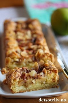 Hei, Eplekakesesongen er her for fullt! Og vi er vel alle enige o Norwegian Cuisine, Norwegian Food, Cake Recipes, Snack Recipes, Dessert Recipes, Snacks, Danish Food, Sweets Cake, Sweet Desserts