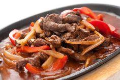 Dieses Low-Carb Rindfleisch Rezept mit feuriger Paprikasauce und viele weitere gesunde Rezepte für Deine Diät findest Du auf Vitalkochen.