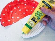 Einen Fliegenpilz aus Pappteller mit Kindern basteln | Der Familienblog für kreative Eltern