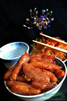 Soia cu Sos Dulce-Acrisor, este o reteta de post adaptata pentru zilele in care postim. Cum sunt mare amatoare de combinatii dulci-acrisoare, si cum una din preferatele mele este puiul dulce-acrisor, sau  pieptul de pui cu miere am purces sa imi pregatesc si varianta de post. Inedit va ofera produse vegetale ideale pentru vegetarieni Chicken Wings, Great Recipes, Vegetarian Recipes, Tasty, Meat, Cooking, Food, Romanian Recipes, Kitchen