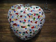 Kirkasvärisiä (rikkinäisiä) lasi- tai posliiniastioita mosaiikkitöitä varten ;)