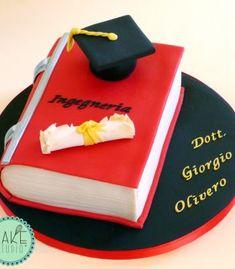 Torta per Laurea con libro, pergamena e tocco Celebration Cakes, Themed Cakes, Cake Designs, Amazing Cakes, Padova, Tableware, Graduation Cake, Desserts, Studio