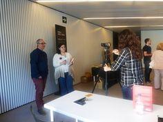 Alfred López entrevistado por estudiantes de periodismo del Máster BCN_NY de la UB en el Mobile Wolrd Center durante la jornada de firma de ejemplares del libro Vuelve el listo que todo lo sabe en Sant Jordi 2015