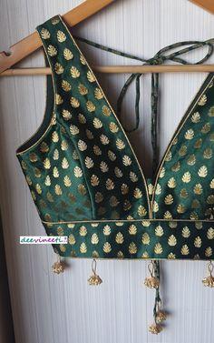 Pink Saree Blouse, Pink Lehenga, Saree Blouse Patterns, Green Blouse, V Neck Blouse, Navy Blue Saree, Grey Saree, New Blouse Designs, Indian Blouse Designs