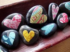 Love these sweet heart rocks! How easy to paint some rocks and then modge podge some fabric heart scraps on? So many possiblilities with paint colors and different fabric shapes instead of hearts