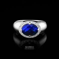 Biele zlato podčiarkne jedinečnosť každej ženy. Prsteň ma osadených 16 zirkónov a v strede sa vyníma kameň modrej zafírovej farby. Prsteň je dostupný aj v žiarivo bielom zlate, v romantickom červenom zlate aj v briliantovej verzii. Class Ring, Heart Ring, Rings, Jewelry, Jewlery, Jewerly, Ring, Schmuck, Heart Rings