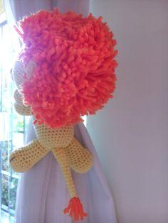 Leãozinho de crochê com os bracinhos compridos para abraçar (cortina, grade de berço, puxador de armário, maçaneta de porta, etc,).