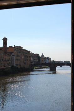 Como o próprio nome diz, Ponte Vecchio (Ponte Velha), é a mais antiga ponte da cidade de Florença, a construção atual é de 1.345 e no local já houveram anteriores de madeira. Consiste em 3 arcos, o maior deles com 30 metros de diâmetro  e desde sempre alberga lojas e mercadores.