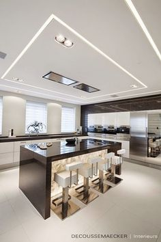 The best modern kitchen design this year. Are you looking for inspiration for your home kitchen design? Take a look at the kitchen design ideas here. There is a modern, rustic, fancy kitchen design, etc. Luxury Kitchen Design, Kitchen Room Design, Luxury Kitchens, Home Decor Kitchen, Modern House Design, Interior Design Kitchen, Kitchen Ideas, Kitchen Ceiling Design, Interior Modern
