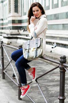 chaussures tennis femme rouges, jeans bleus, imperméable beige et sac assorti