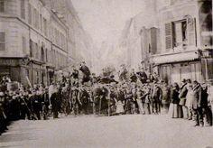 La Comuna de París fue un breve movimiento insurreccional que gobernó la ciudad de París del 18 de marzo al 28 de mayo de 1871, instaurando un proyecto político popular autogestionario que para algunos autores se asemejó al anarquismo o al comunismo