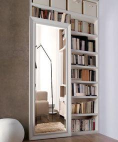Libreria decorata con specchio